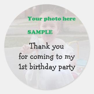 La fiesta del cumpleaños del niño le agradece pegatina redonda