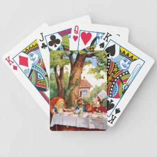 La fiesta del té del sombrerero enojado en el país barajas de cartas