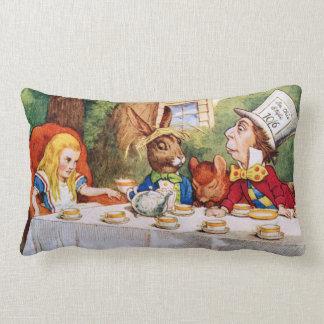 La fiesta del té del sombrerero enojado en el país almohadas