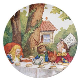 La fiesta del té del sombrerero enojado en el país plato para fiesta