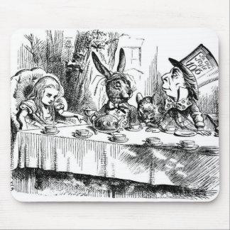 La fiesta del té del sombrerero enojado mouse pads