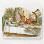La fiesta del té del sombrerero enojado alfombrillas de raton
