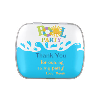 La fiesta en la piscina del muchacho del chapoteo latas de caramelos