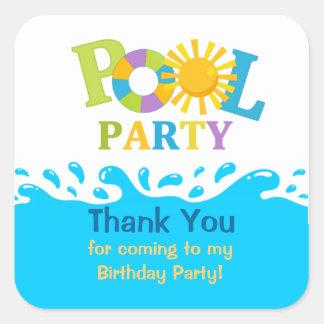 La fiesta en la piscina del muchacho del chapoteo pegatina cuadrada