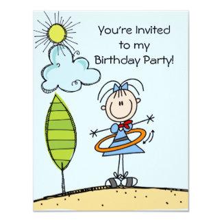 """La figura cumpleaños del palillo del aro de Hula Invitación 4.25"""" X 5.5"""""""