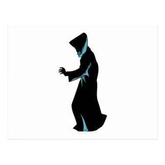 La figura encapuchada del lado distribuye tarjetas postales