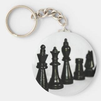 La figura negra del ajedrez junta las piezas de llavero redondo tipo pin