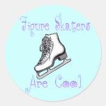 La figura patinadores es fresca etiqueta redonda