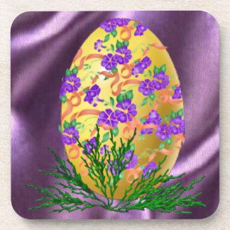 La flor adornó el huevo posavaso