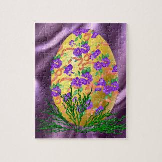 La flor adornó el huevo rompecabeza con fotos