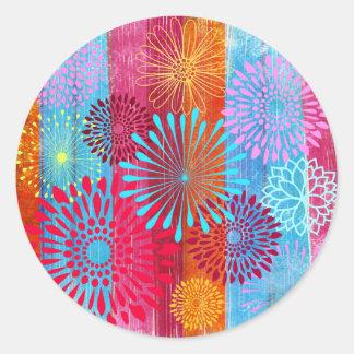 La flor colorida intrépida bonita estalla en rayas pegatina redonda
