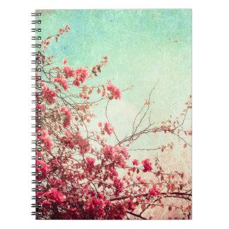 La flor de cerezo florece el cuaderno azul rojo