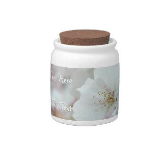 La flor de cerezo personaliza el tarro blanco del plato para caramelo