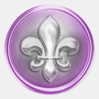 La flor de lis de plata y púrpura grabó en relieve pegatina redonda