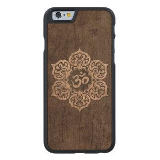 La flor de Lotus OM con el grano de madera efectúa Funda De iPhone 6 Carved® De Arce