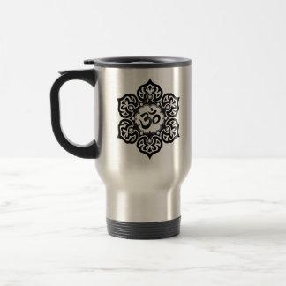 La flor de Lotus OM diseña - negro Taza Térmica