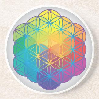 La flor del arco iris de la vida colorea energía d posavaso para bebida