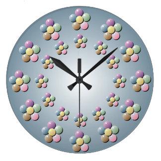 La flor en colores pastel gotea el reloj de pared