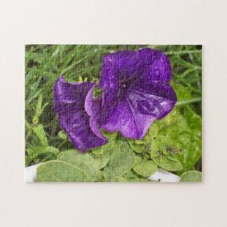 La flor púrpura con lluvia cae rompecabezas