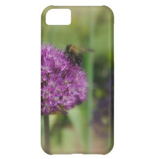 La flor púrpura con manosea la abeja