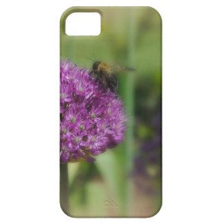 La flor púrpura con manosea la abeja iPhone 5 Case-Mate cárcasa