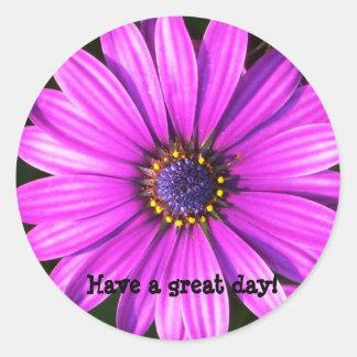 ¡La flor púrpura, tiene un gran día! Pegatina Redonda