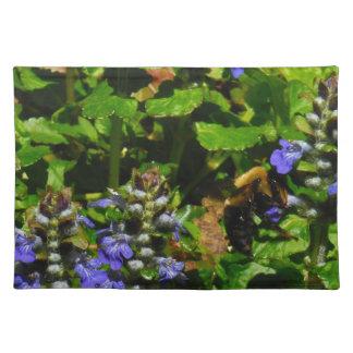 La flor púrpura y manosea la abeja