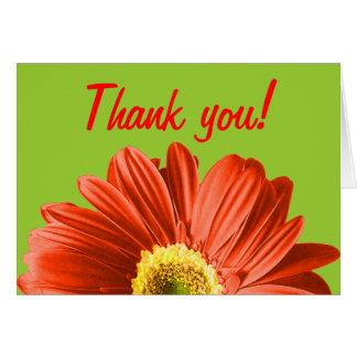 La flor roja de la margarita agradece le o persona tarjeta pequeña