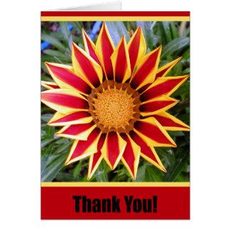 La flor roja y amarilla le agradece cardar tarjeta de felicitación