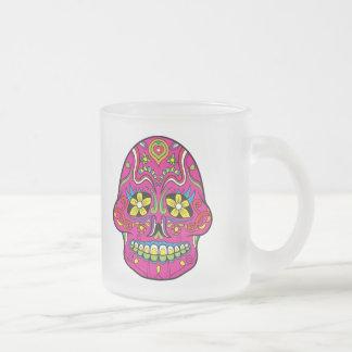 La flor rosada observa el cráneo mexicano del taza cristal mate
