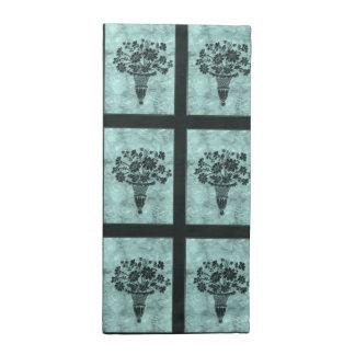 La flor siluetea las servilletas ciánicas de