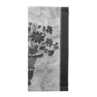 La flor siluetea las servilletas de plata de
