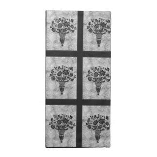 La flor siluetea las servilletas de plata del