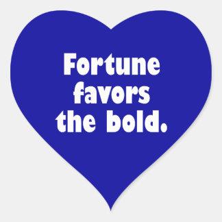 La fortuna favorece el intrépido pegatina en forma de corazón