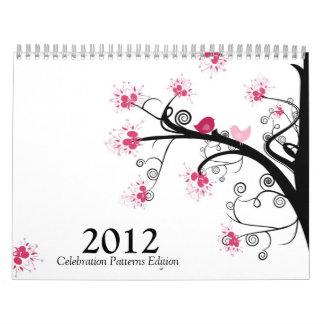 La foto celebración modela el calendario de la ed