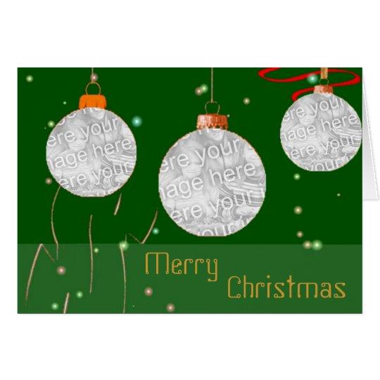 La foto de las bolas del navidad enmarca la tarjeta de felicitación