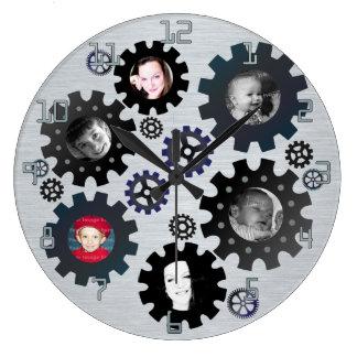 La foto de los engranajes enmarca el reloj de pare