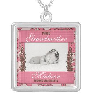La foto del bebé orgulloso de la abuela en rosa y colgante cuadrado