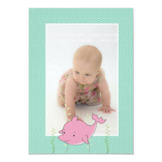 """La foto del delfín del rosa del bautizo del invitación 5"""" x 7"""""""