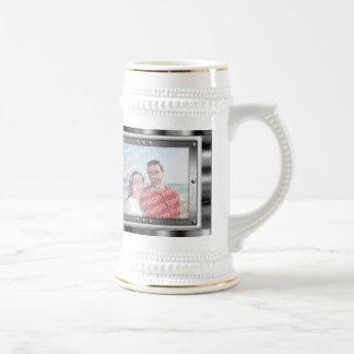 La foto del metal enmarca la taza de Stein