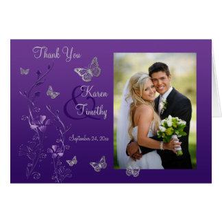 La foto floral de la mariposa gris púrpura le agra tarjeta pequeña
