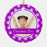 La foto púrpura del copo de nieve personaliza ornamento para reyes magos