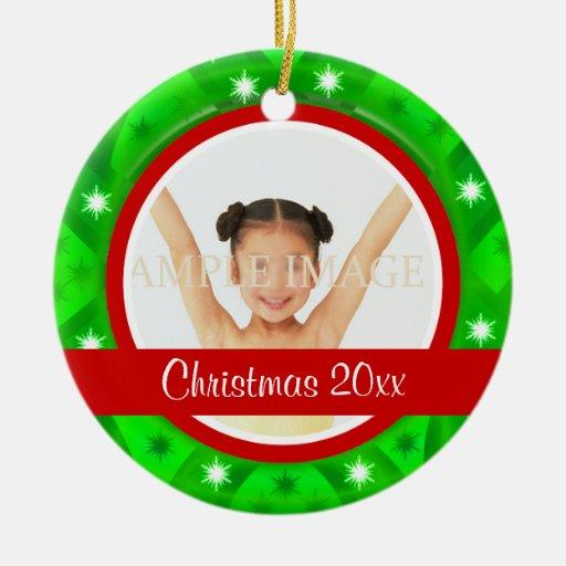 La foto verde roja del navidad personaliza adorno redondo de cerámica