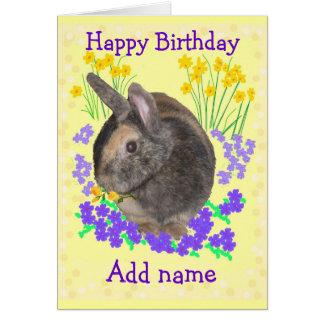 La foto y las flores lindas del conejo añaden el tarjeta de felicitación