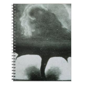 La fotografía sabida más vieja de un tornado a par libros de apuntes con espiral