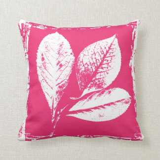 La frambuesa deja el grabar en madera en rosa y almohada
