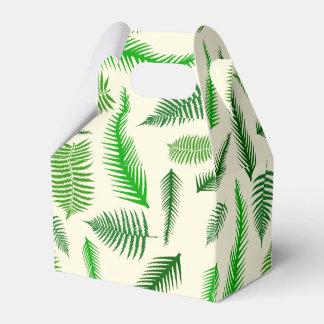 La fronda de la planta del helecho sale del modelo caja para regalos de fiestas