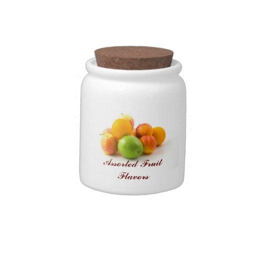 La fruta clasificada condimenta el tarro del caram plato para caramelo