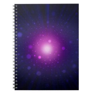 La galaxia púrpura azul del espacio protagoniza el libretas espirales