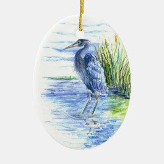 La garza de gran azul vadea en el pantano ornamento para reyes magos